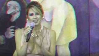 【動画】講演会的なところで講話してる際に乳輪ポロリして上品にしまうセクシーなブロンド美女w