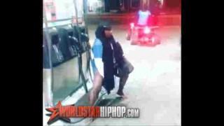 【衝撃動画】ガソリンスタンドでオマ○コにハイオク満タンするクレイジーな女性www