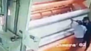 これ怖すぎ(((゚Д゚))) 大型の抄紙機に作業員が巻き込まれる瞬間の映像。