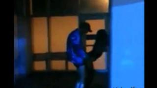 【エロ注意】客がたくさん入ってるクラブの片隅で立ちバックしてカップルがいたので動画撮影したったwwwww