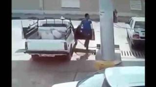 【衝撃動画】ガソリンスタンドで給油してたら車がいきなり爆発した!!!
