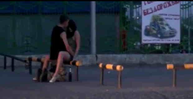 【動画】明け方に酔った勢いで路上で中出しセックスするカップルが撮影されたwwwww※エロ注意