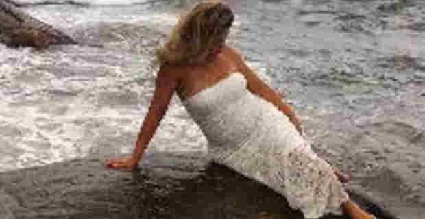 海辺の岩場でセクシーフォトを撮ろうとポーズを決めていた女性がwwwww