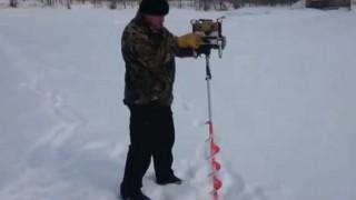 【動画】これから凍って雪の積もった湖に穴開けて釣りしまーすwwww→結果…。