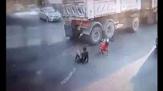【事故動画】二人乗りバイク、ダンプに衝突…。華麗な身のこなしでペシャンコにならずに免れる若者w