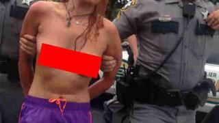 【エロ注意】なかなかの美乳のブロンド女性がトップレスで乳揺れしながら逮捕されてるwww