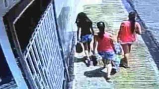 【動画】母親と16歳の娘、その妹が歩いています。この後、恐ろしい事が起こります