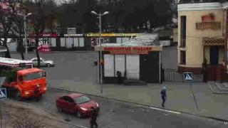 【衝撃動画】トラックにおばあちゃんが轢かれる→奇跡的に一命をとりとめる。