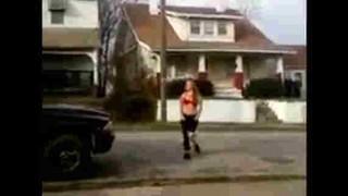 【動画】売人にケンカを売る薬物中毒者の女性…。