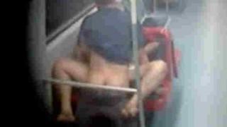 【エロ注意】地下鉄でフェラからセックスまでフルコースで楽しむカップルが撮影された…。