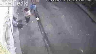 【防犯カメラ動画】街中で何かのトラブルで首をメッタ刺しにする殺人事件が発生…。