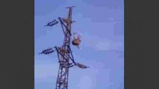 【閲覧注意】酔っ払いが送電線に登り落下、そして送電線の土台コンクリートに激しく激突…。