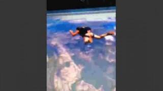 【衝撃動画】男性が全裸でスカイダイビングした結果、予想はできたけどペニスのなびき方がwwwww