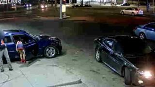【動画】ガソリンスタンドでトラブルに怒りドライバーに発砲するミニスカ女性…。