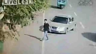 【動画】酔っ払いのドライバーに撥ねられ尋常じゃないくらいに回転して宙を舞う歩行者…。