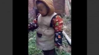 【動画】まるで中年のおっさんのようにタバコを燻らせる幼児…。