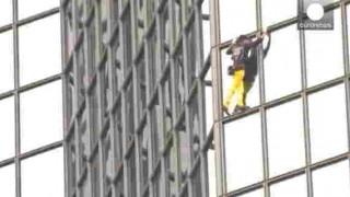 【衝撃動画】フランスのビジネス街にリアルスパイダーマン現れるwww