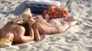 【動画】クラブサウンドが流れる海の家前で人目を気にせずブロンドTバックの女性にフェラさせてるwwwww※エロ注意
