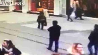 【閲覧注意】トルコの街中で起きた自爆テロの瞬間の動画…。
