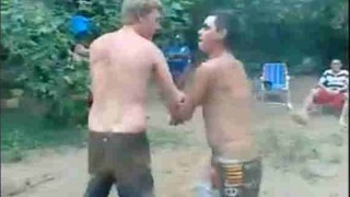 【激痛動画】ビーチで格闘技の真似事してじゃれあってたら足が変な方向にwww