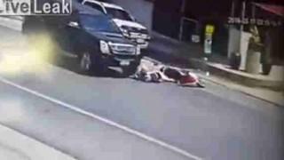 【間一髪動画】ドライバーのナイスな判断で原付が踏み潰されるのを回避。
