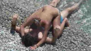 【エロ注意】ビーチで盛り上がって全裸になって青姦セックスしちゃう若者カップルの動画wwwww