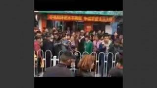 【動画】どうしてこうなった?妊婦がガードレールに首が挟まり死亡…。