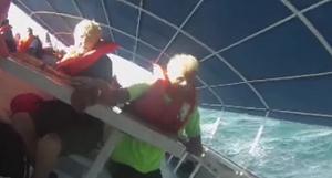 乗客98名を乗せた観光船が転覆して3名が死亡。その事故の映像が恐ろしい。