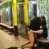 おい!地下鉄で思いっきりセ○クスしてるカップルがいるぞ!(動画)