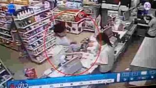 【衝撃動画】同僚の有能っぷりに嫉妬して熱々のお粥をぶっかけるコンビニに女性店員。