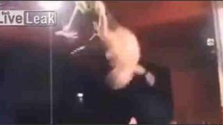 【激痛動画】打ち所が悪すぎなプロレスでのリングからの空中回転ダイブ…。