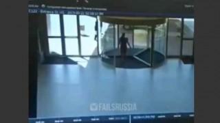 【動画】メッチャ急いでいたので回転ドアに気付かなかった女性www