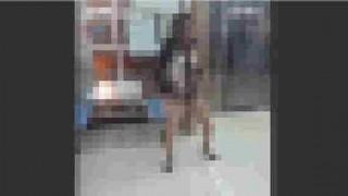 【動画】酔っ払った女性がフードコートでパンスト姿になっておかしなダンスしてるんだけどwwwww