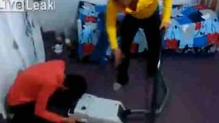 【イタズラ動画】寝てるおっさんの顔面を掃除機で吸ったったw→結果wwwww