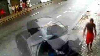 【防犯カメラ】フラフラと歩いているところに自動車が突っ込んでくる!