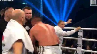 【動画】ボクシングの試合で相手選手の耳を噛んだボクサーが相手選手のセコンドにノックアウトされるwwwww