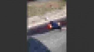 【閲覧注意】車内からスマホで道を撮影してたら交通事故で上半身と下半身が真っ二つになった男性が…。