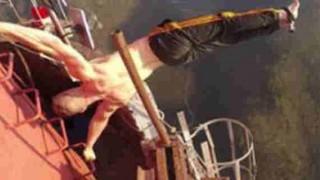ヨーロッパで最も高い煙突360mに命綱なしで上るクレイジー男