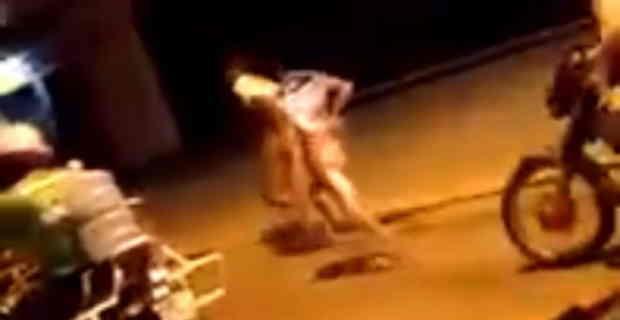ブラジルのギャングが凄い拷問やってる。この2人一体何やったんだよ…(動画)