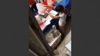 【衝撃動画】重さをごまかして魚を販売する市場の女性…。