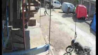 【衝撃動画】猿に突然ドロップキックされる男性を撮影した決定的瞬間動画wwwww