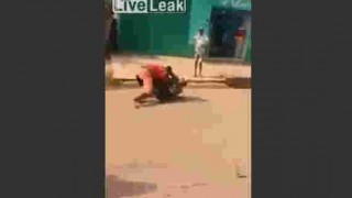 【動画】警察官と取っ組み合いして殴り倒してからバイクで逃亡する男。