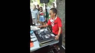 【衝撃動画】赤ちゃんも思わず踊りだす超クールな少年DJのDJプレイwwwww