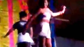 【エロ注意】インドの農村部で開催されたなにかと雑なセクシーダンスショーの結末wwwww※音量注意