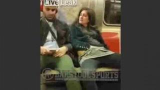 【動画】ニューヨークの地下鉄でオナニーしながら隣の男性を誘惑する女性。