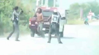 【衝撃動画】タイの警察は武器を持った相手にはこうやって対処しますwwwww