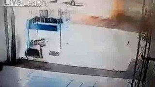 【閲覧注意】ガソリンスタンドでタンク交換の工事をしていると突然に爆発が起こり作業員が吹っ飛ぶ…。