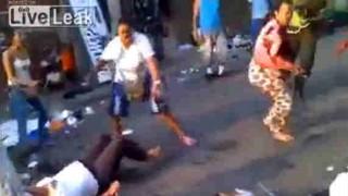 【衝撃動画】ナイフで切り付け合いながら女性同士がケンカしてるんだけど…。