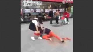 【衝撃動画】マクドナルド前でガールフレンドの真っ赤なパンティを剥ぎ取るボーイフレンドwww