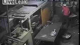 【閲覧注意】作業員が機械の操作ミスでプレス機で上半身を挟まれ死亡する事故が発生…。